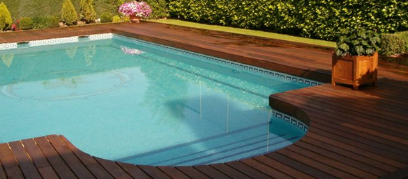 Tarima de madera para la piscina la web de los for Casas de madera con piscina