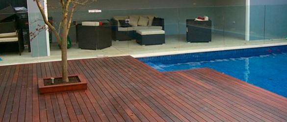 Ejemplo de madera de Merbau junto a piscina / Fuente: No Nail decking